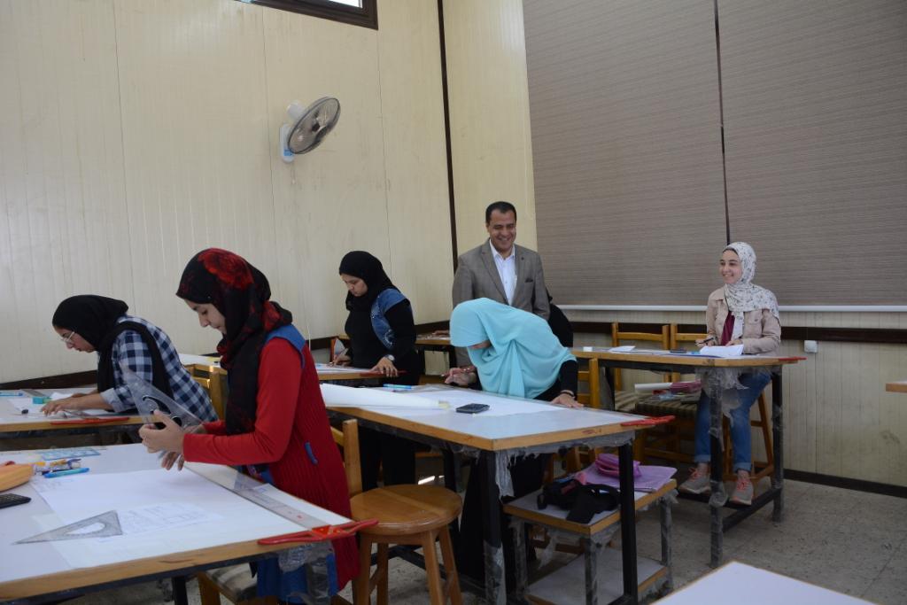 نائب رئيس جامعة أسيوط يتفقد لجان الامتحانات (7)