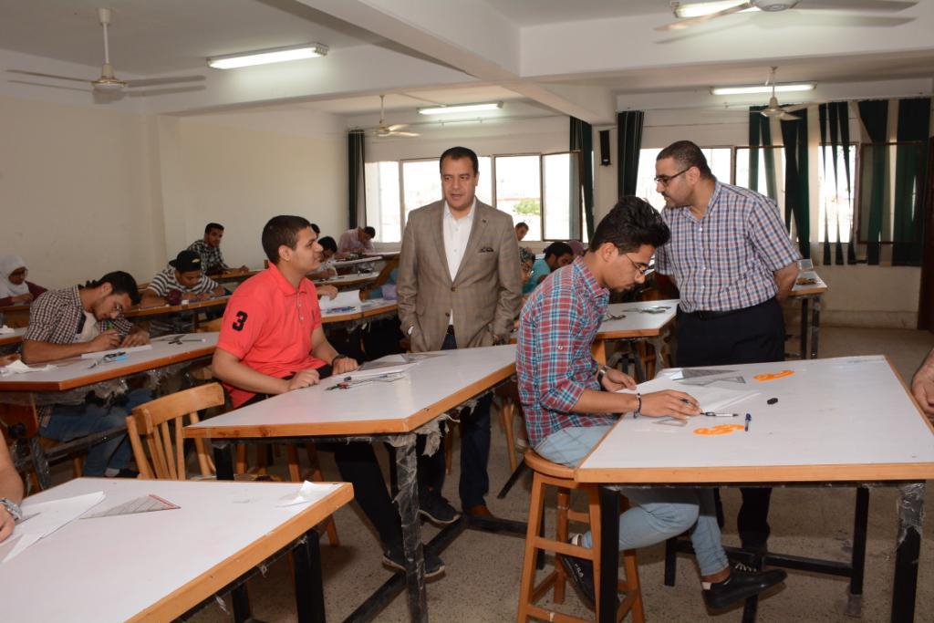 نائب رئيس جامعة أسيوط يتفقد لجان الامتحانات (1)