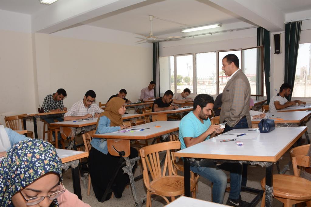 نائب رئيس جامعة أسيوط يتفقد لجان الامتحانات (2)