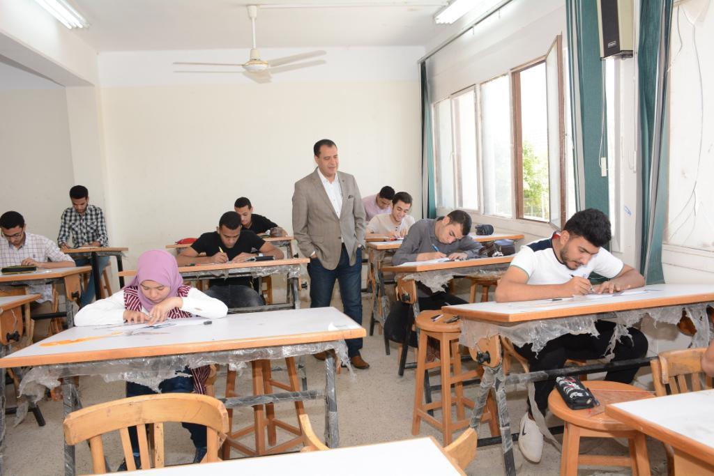 نائب رئيس جامعة أسيوط يتفقد لجان الامتحانات (3)
