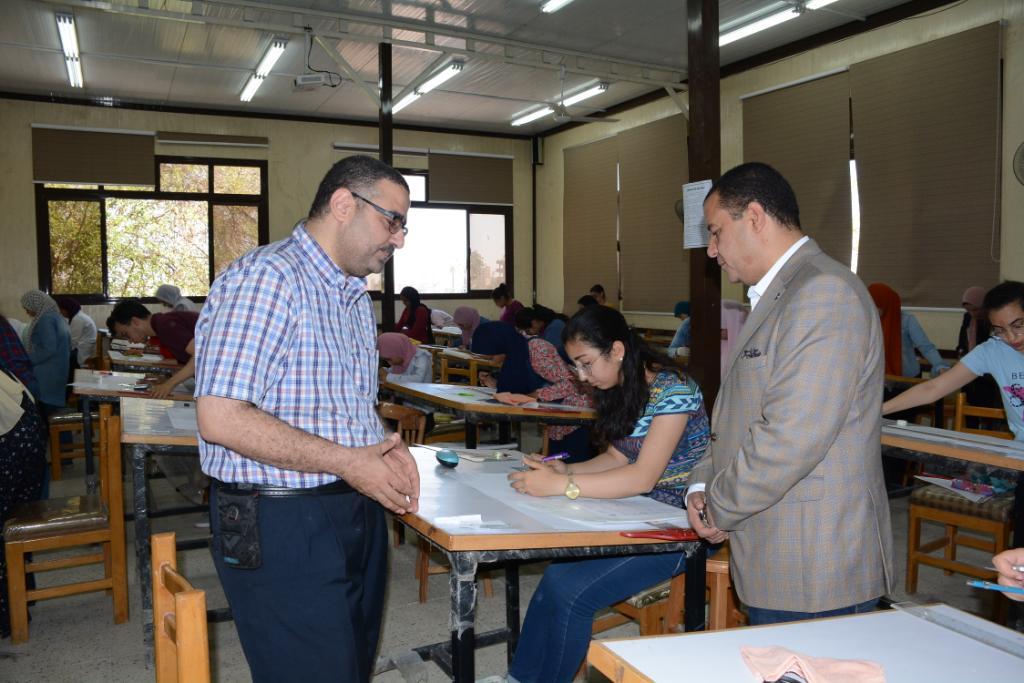 نائب رئيس جامعة أسيوط يتفقد لجان الامتحانات (12)