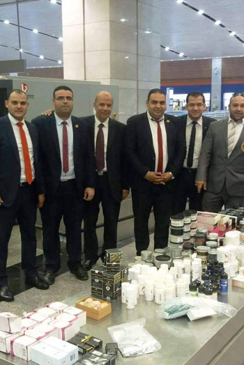 تهريب أدوات تجميل وعطور بمطار القاهرة (2)