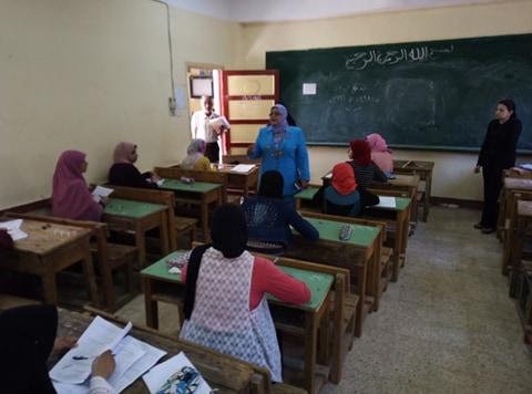 وكيل تعليم كفر الشيخ تتفقد لجان الامتحانات (13)