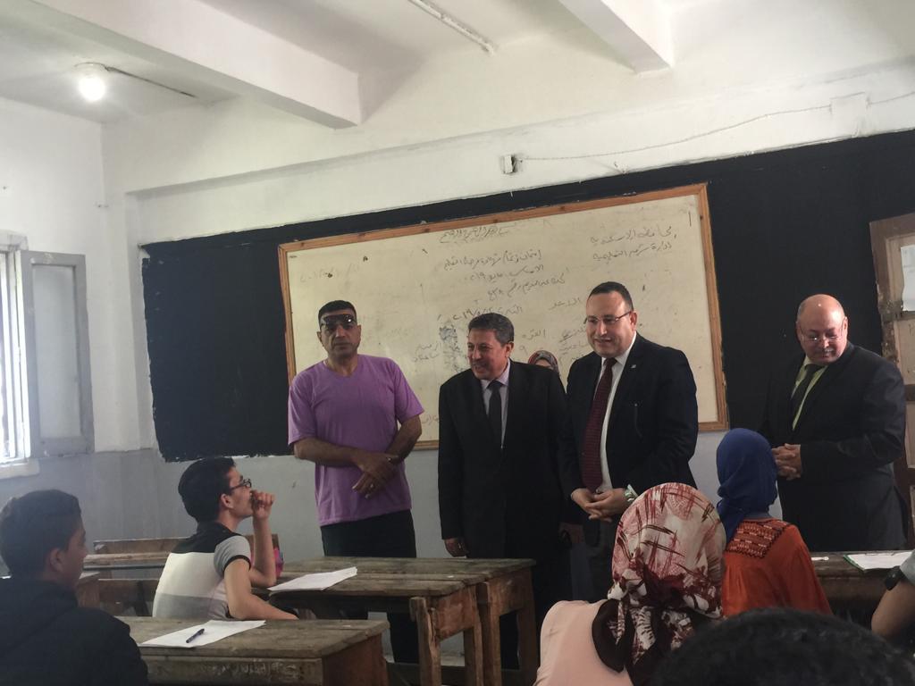 محافظ الاسكندرية يتفقد لجان امتحان الشهادة الاعدادية (1)