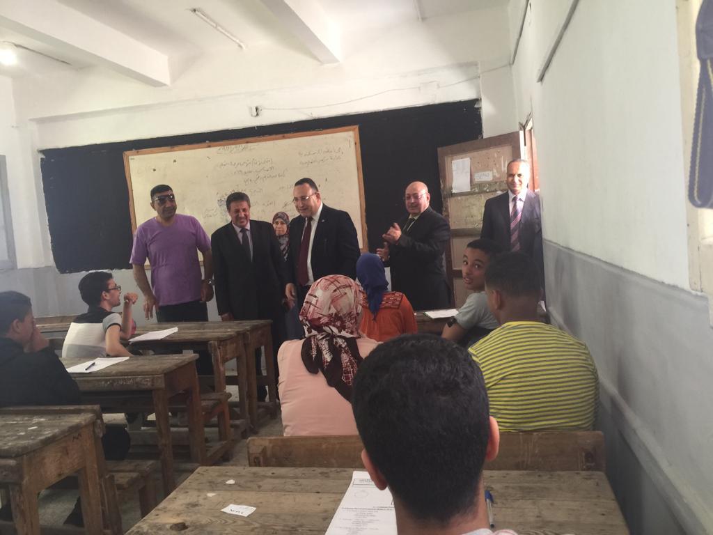 محافظ الاسكندرية يتفقد لجان امتحان الشهادة الاعدادية (3)