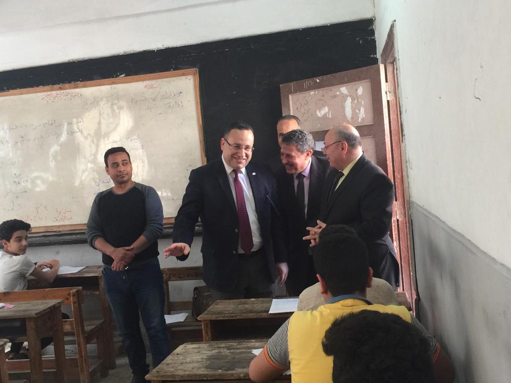محافظ الاسكندرية يتفقد لجان امتحان الشهادة الاعدادية (2)