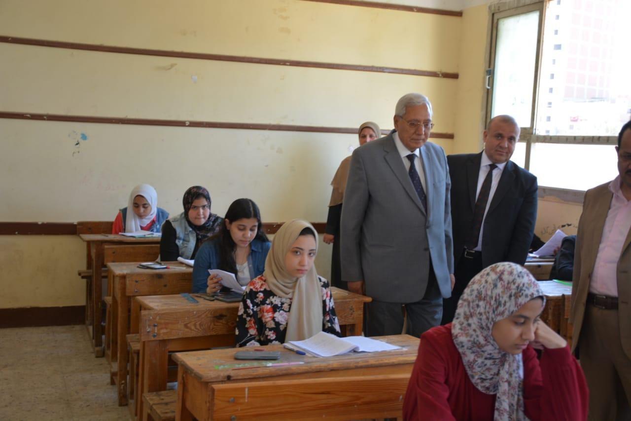 محافظ الدقهلية يتفقد لجان امتحانات الشهادة الإعدادية بالمحافظة) (3)