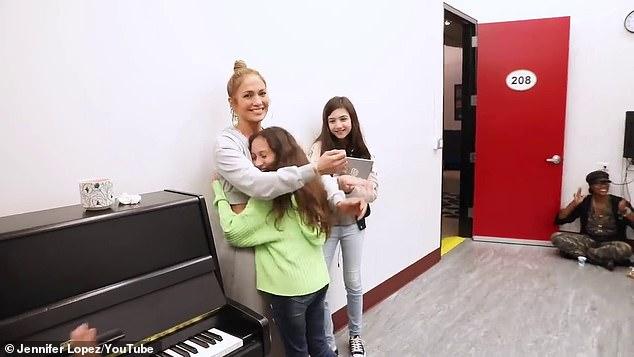 جينيفر لوبيز تحتضن ابنتها