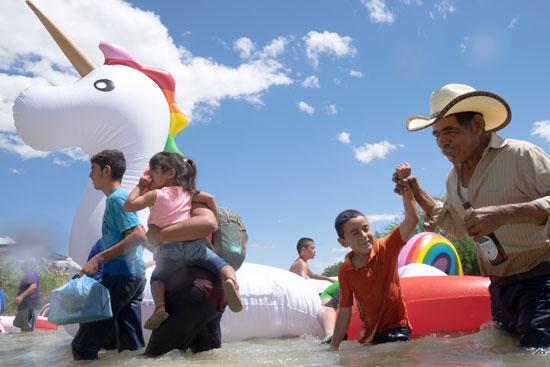 إحتفالات المهاجرين على الحدود بين المكسيك والولايات المتحدة  (6)