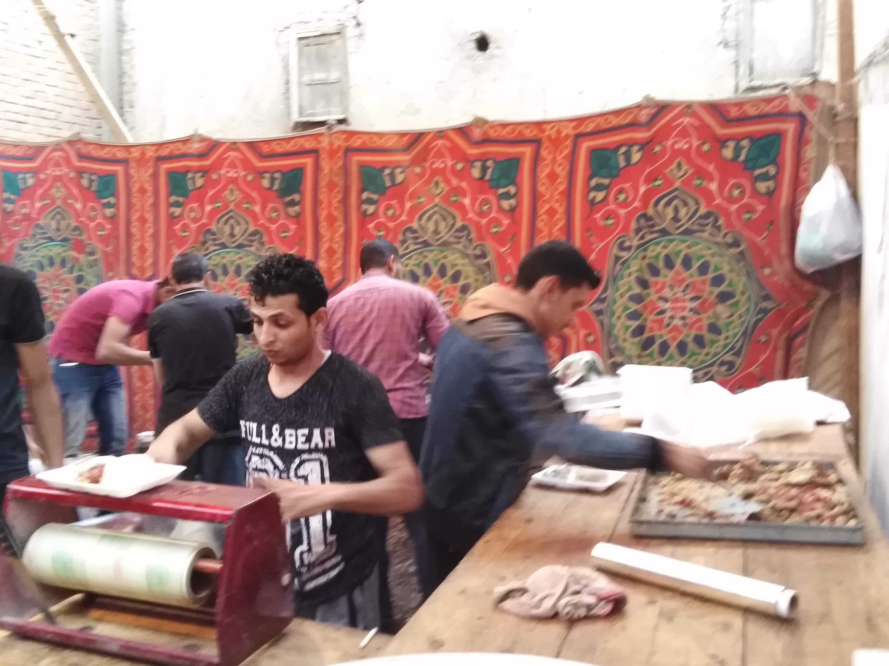 أقباط أشقاء بالمنوفية ينظمون مائدة إفطار للمسلمين (12)