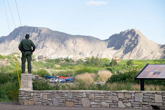 إحتفالات المهاجرين على الحدود بين المكسيك والولايات المتحدة  (8)
