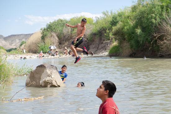 إحتفالات المهاجرين على الحدود بين المكسيك والولايات المتحدة  (2)