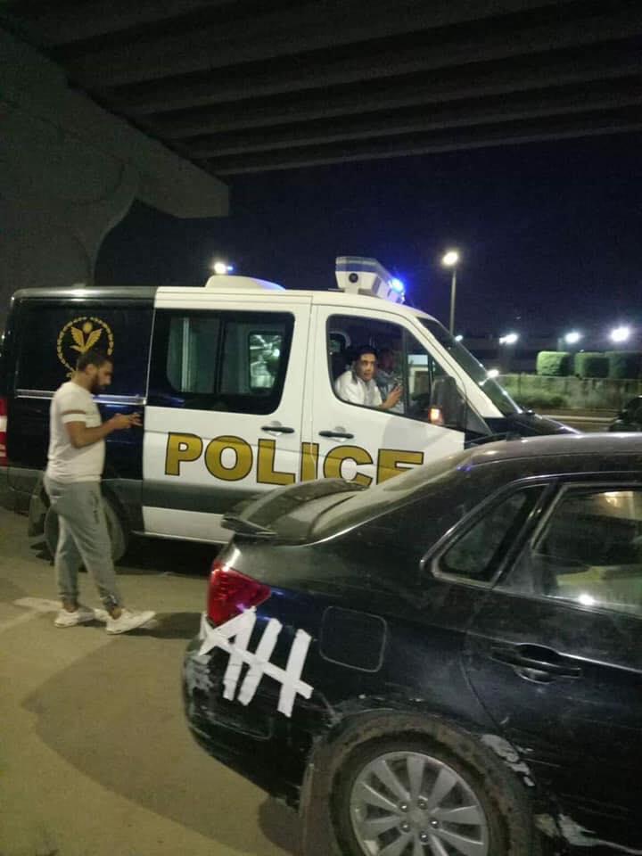 عربيات الشرطة تبدأ فى عملية انقاذ القطة