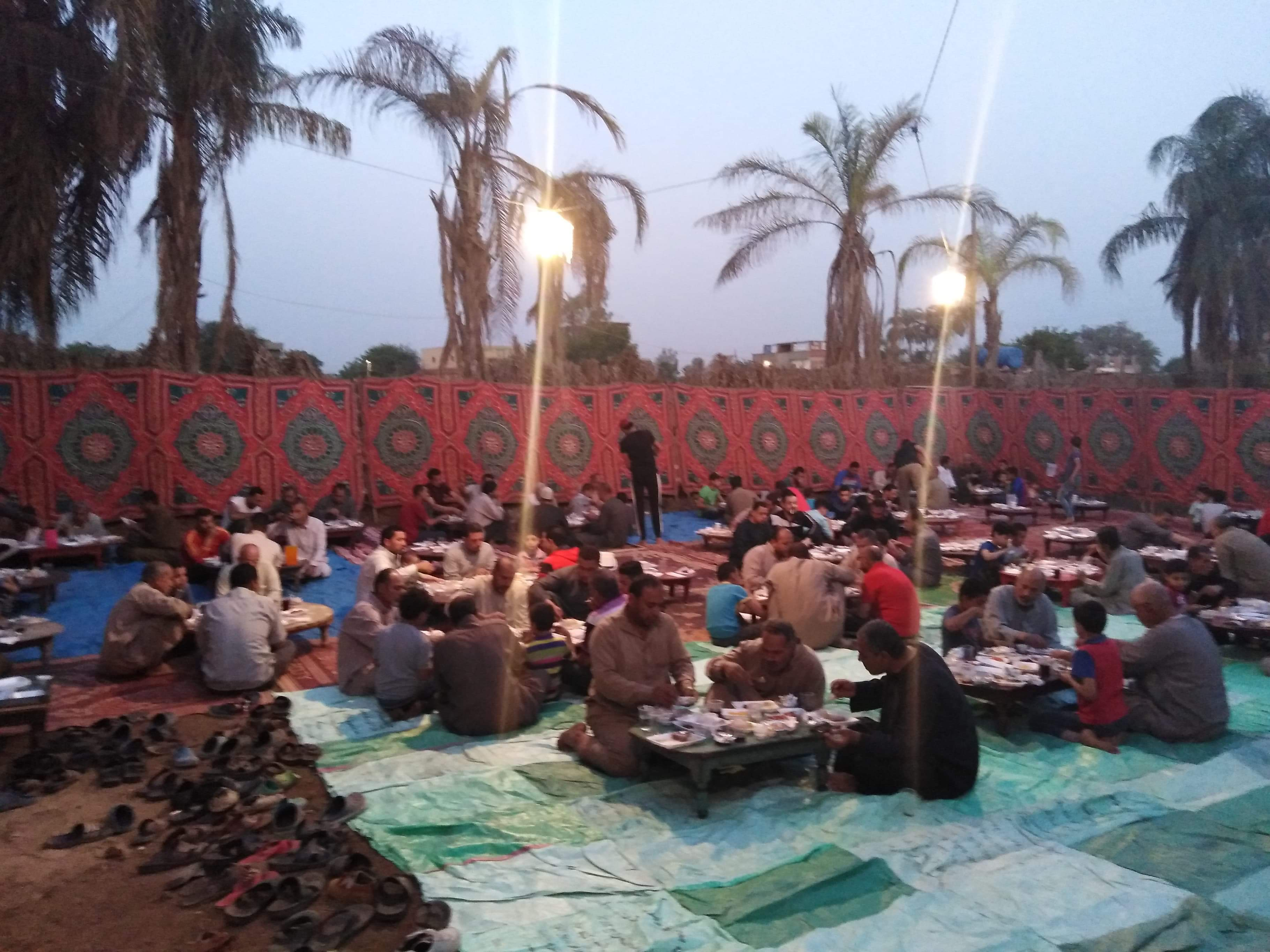 أقباط أشقاء بالمنوفية ينظمون مائدة إفطار للمسلمين (10)