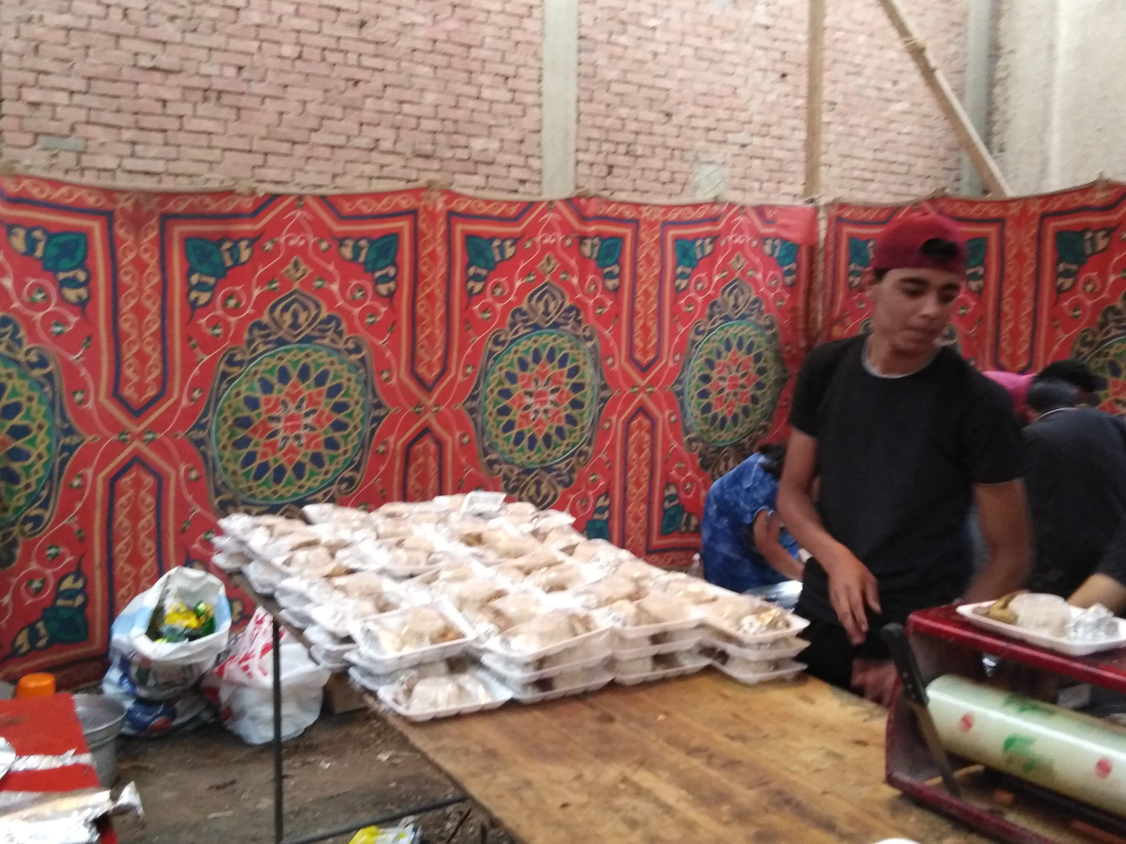 أقباط أشقاء بالمنوفية ينظمون مائدة إفطار للمسلمين (3)