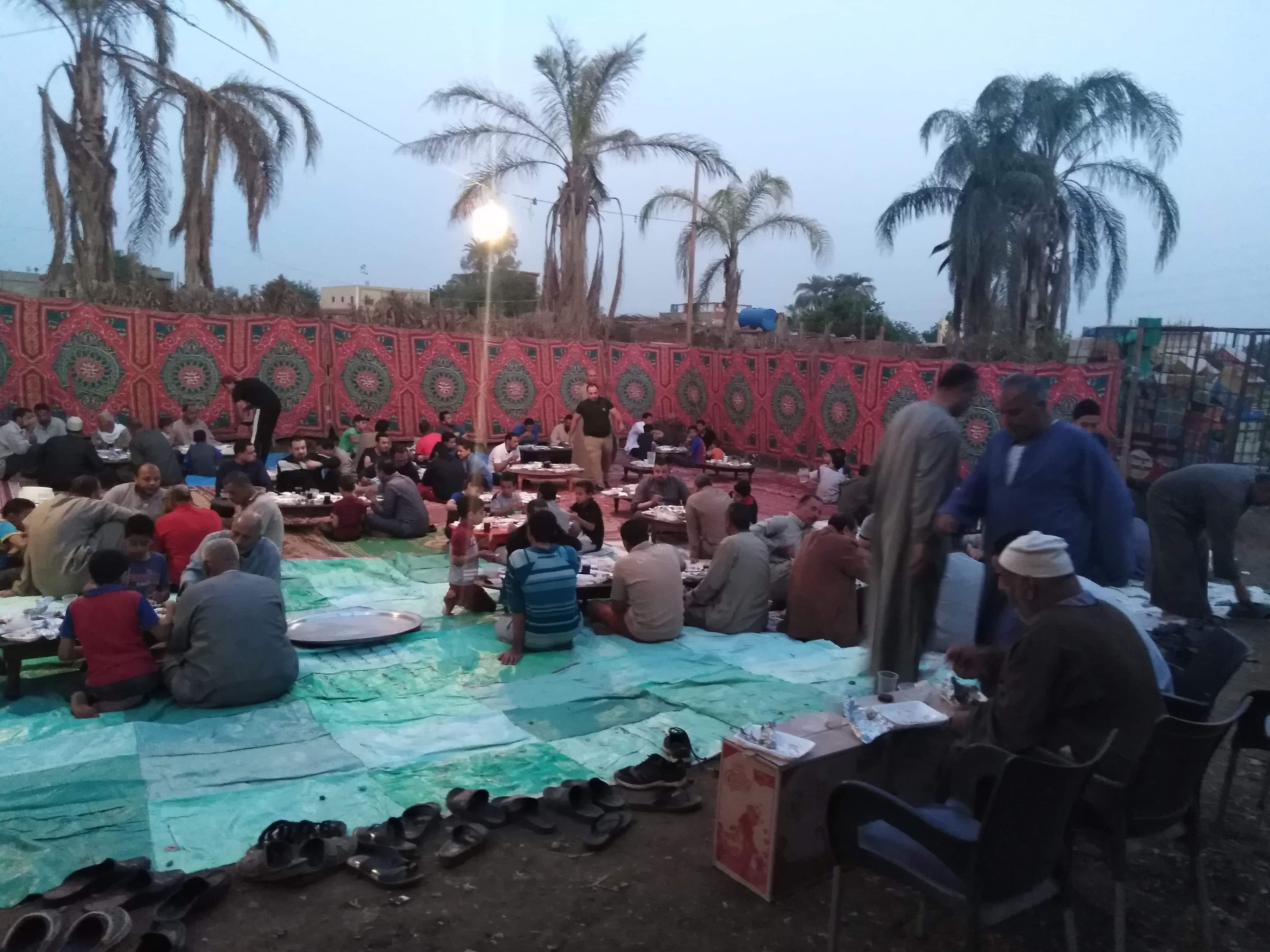 أقباط أشقاء بالمنوفية ينظمون مائدة إفطار للمسلمين (9)