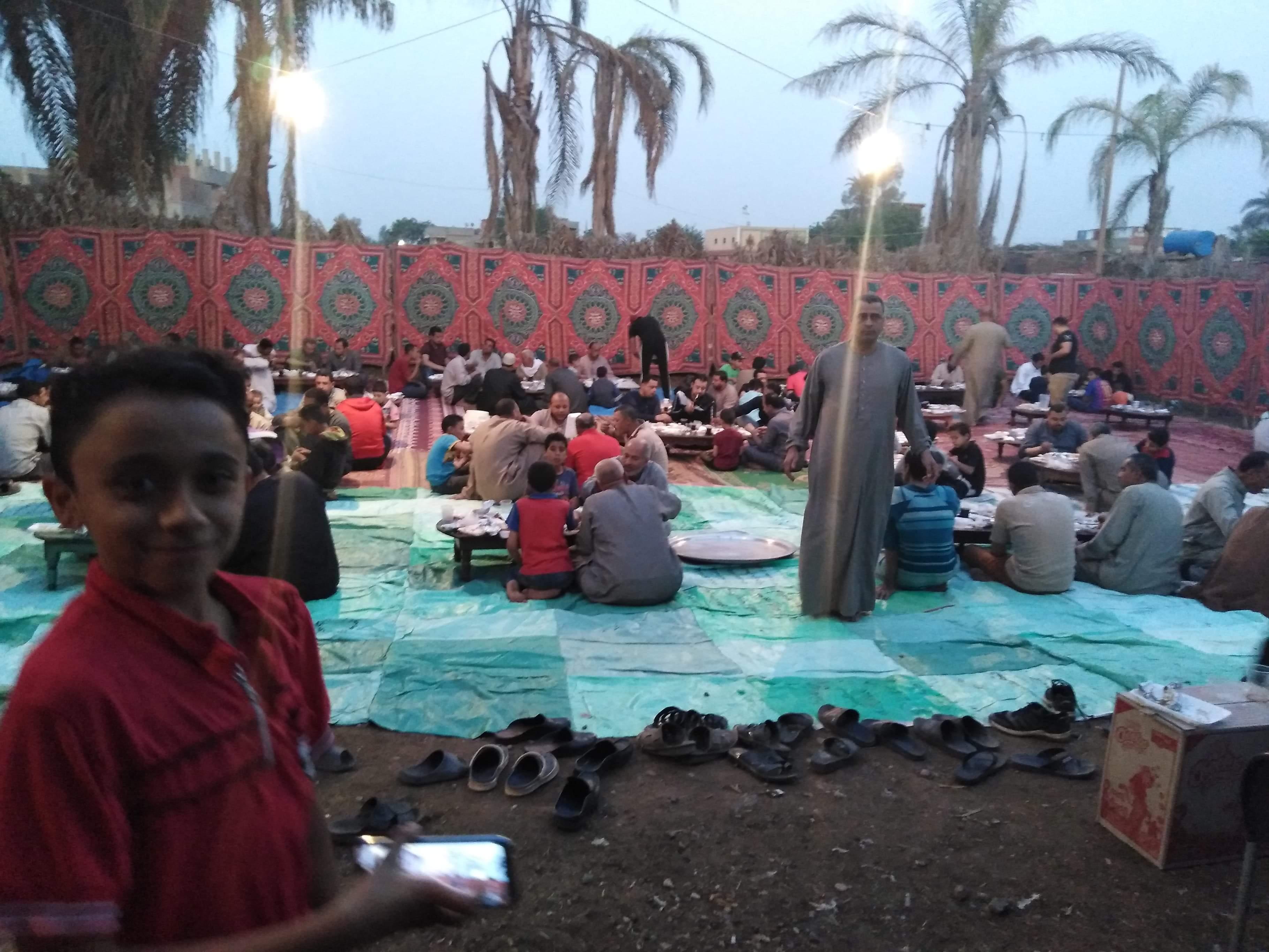 أقباط أشقاء بالمنوفية ينظمون مائدة إفطار للمسلمين (5)