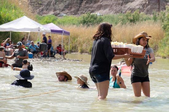 إحتفالات المهاجرين على الحدود بين المكسيك والولايات المتحدة  (1)