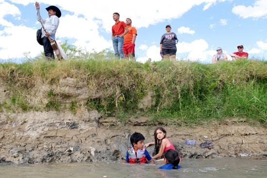 إحتفالات المهاجرين على الحدود بين المكسيك والولايات المتحدة  (10)