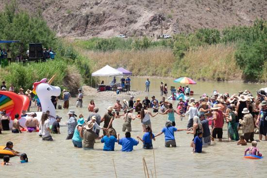 إحتفالات المهاجرين على الحدود بين المكسيك والولايات المتحدة  (7)