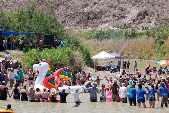 إحتفالات المهاجرين على الحدود بين المكسيك والولايات المتحدة  (9)