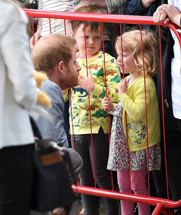 ابتسامة طفلة فى حديثها مع الأمير هارى
