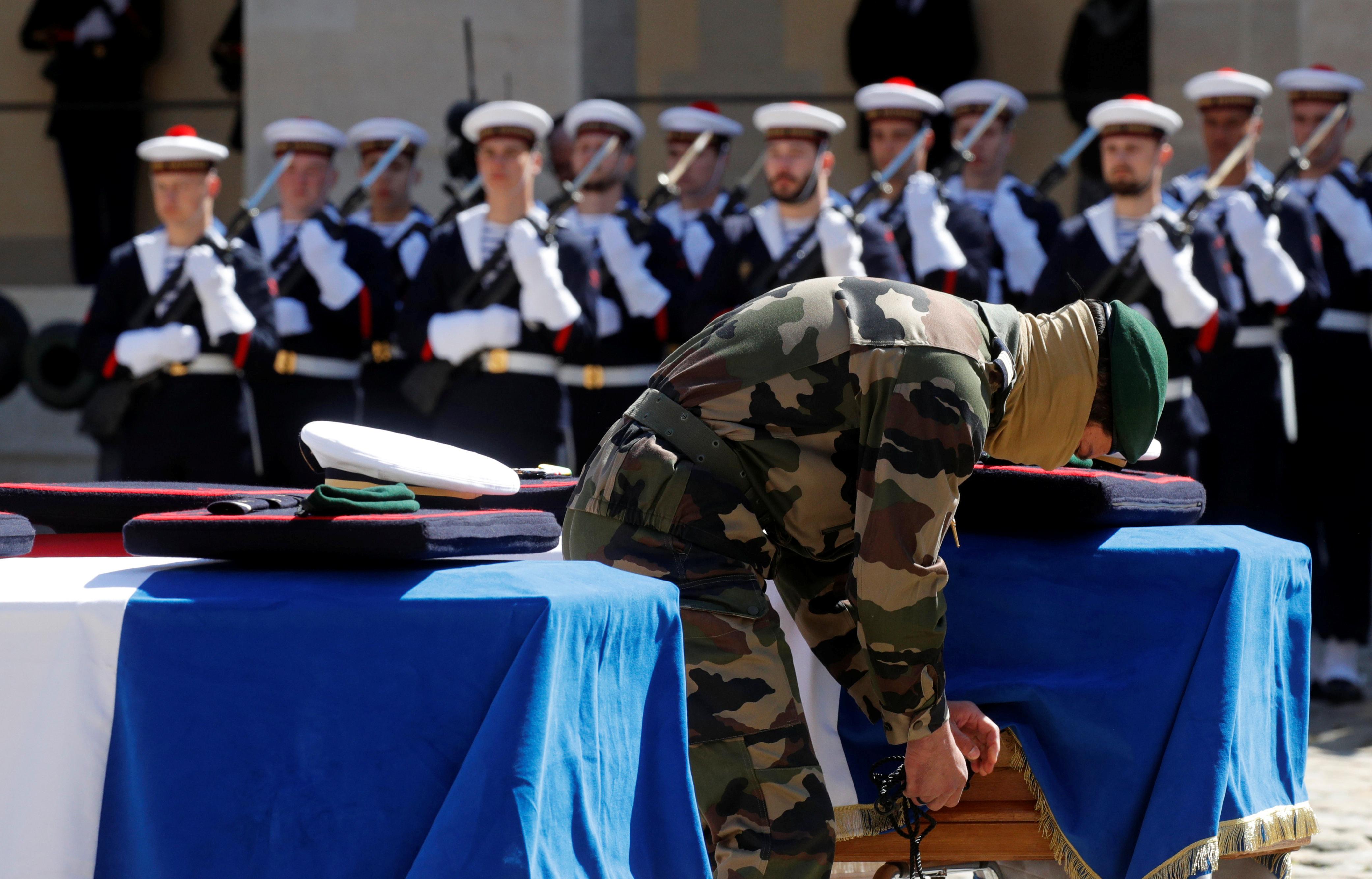 تكريم الجنود أثناء الجنازة