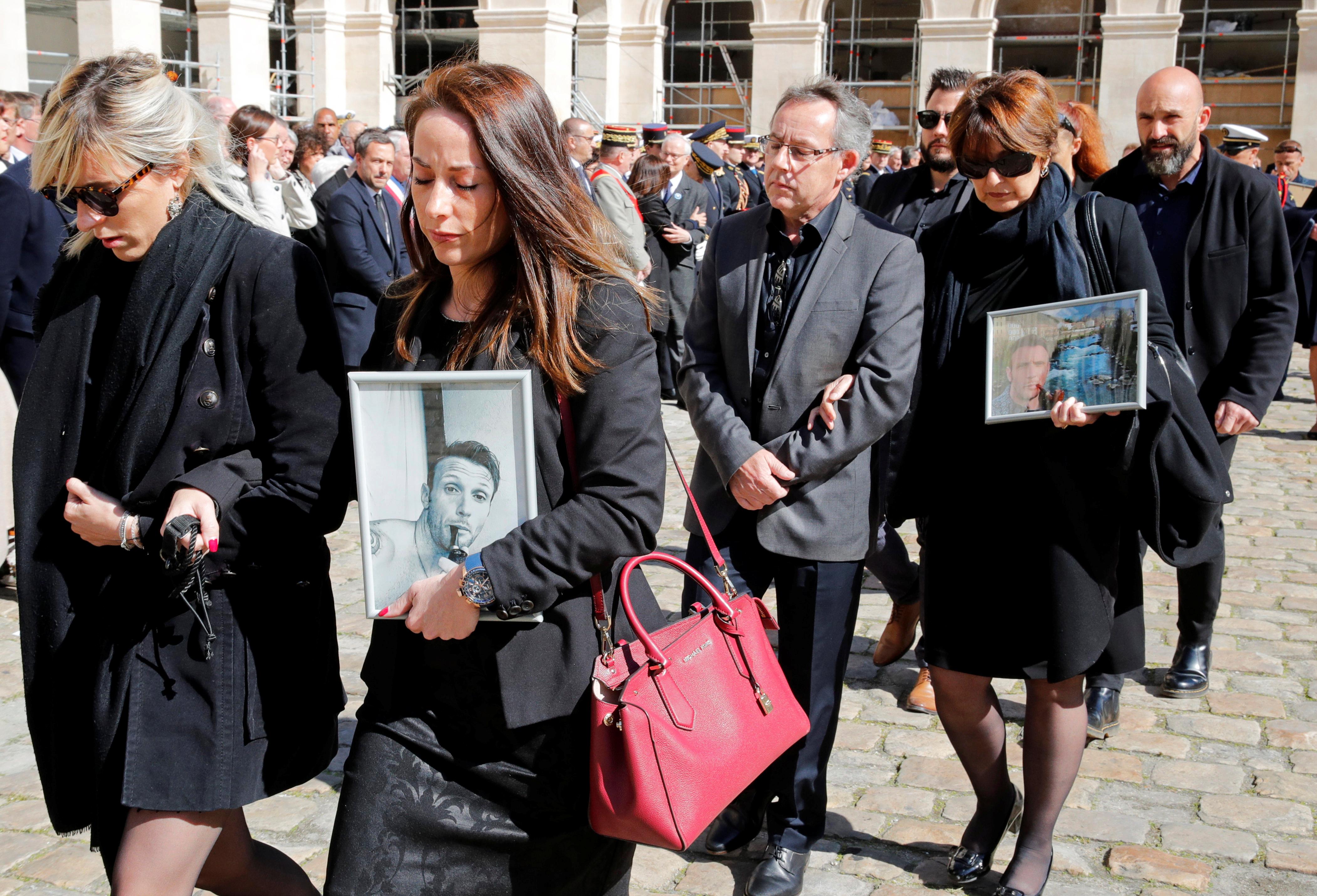 مشاركون يحملون صور الضحايا
