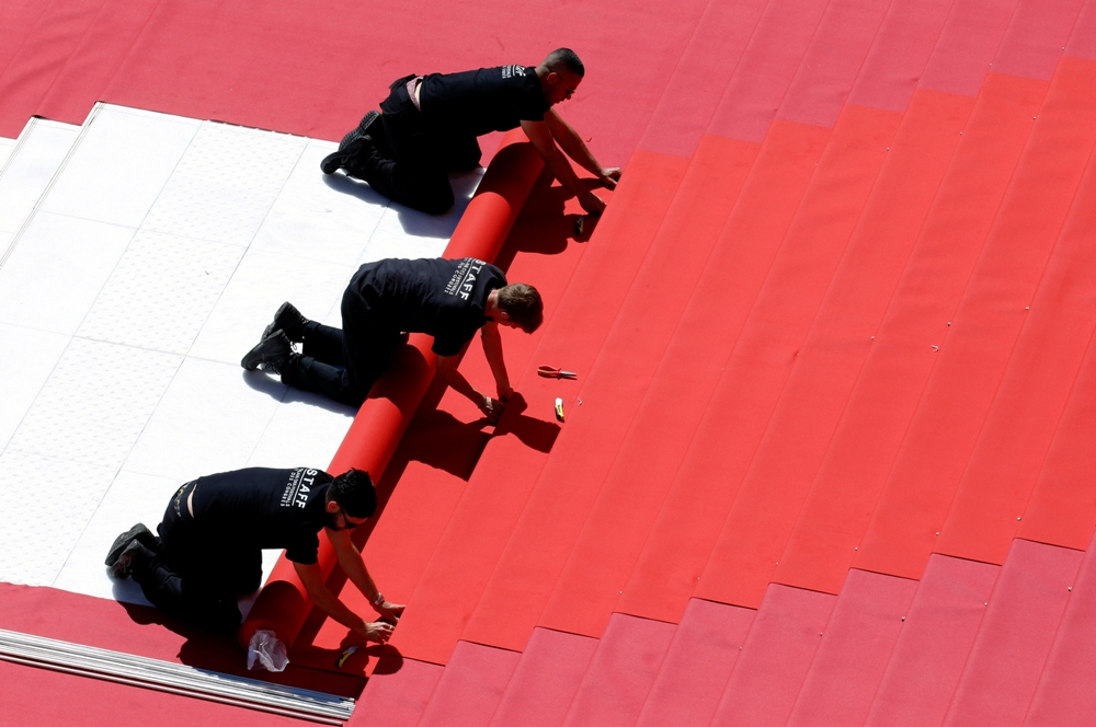 عملية فرش السجادة الحمراء لمهرجان كان فى دورته الـ 72 (6)