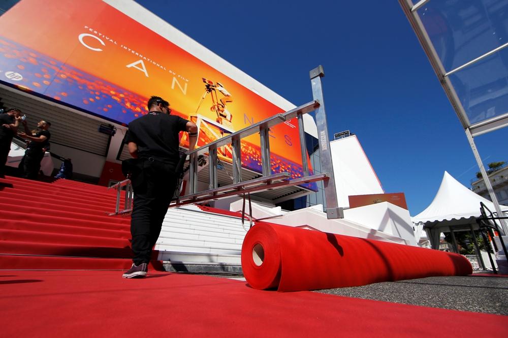 عملية فرش السجادة الحمراء لمهرجان كان فى دورته الـ 72 (3)