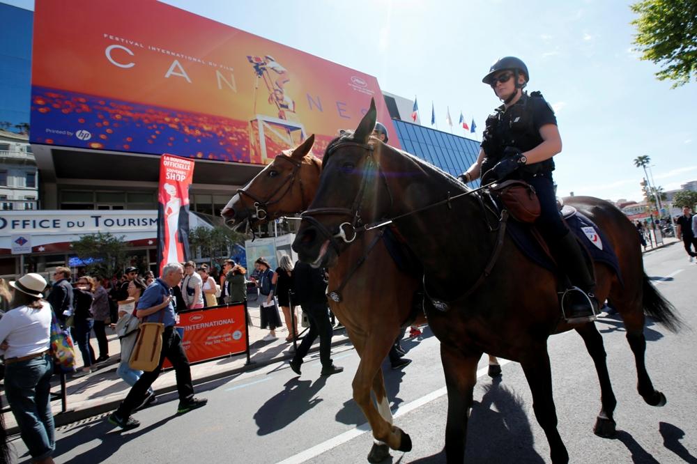 دوريات الشرطة الفرنسية تؤمن المكان (1)