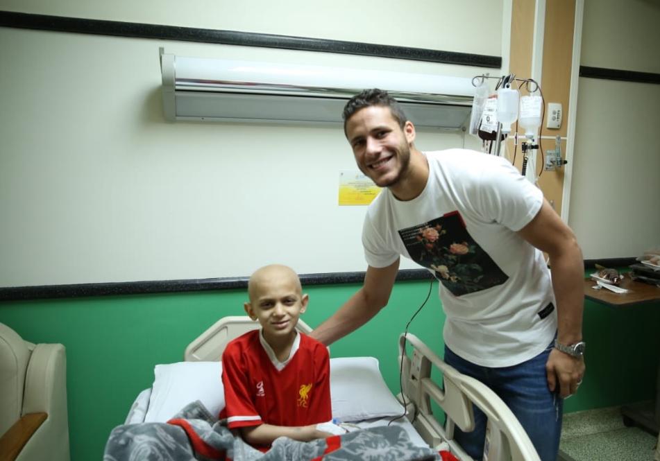 صانع العاب النادي الهلى فى زيارة لمتستشفى سرطان الأطفال