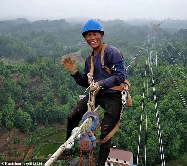 عمال كهرباء صينيون يناولون الطعام على ارتفاع 130 مترا  (6)