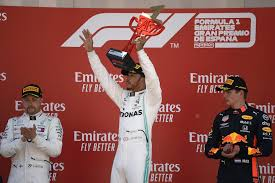 كريس لويس هاميلتون بطل سباقات سيارات فورمولا1 عقب حصوله على الكأس