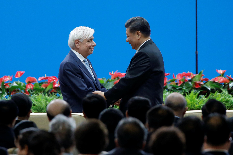 الرئيس الصيني شي جين بينج يصافح الرئيس اليوناني