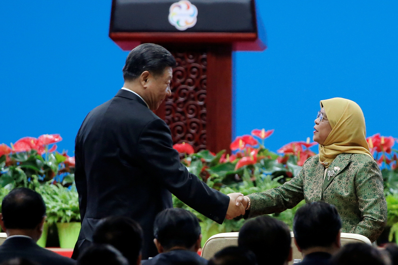 الرئيس الصيني شي جين بينغ ورئيس سنغافورة حليمة يعقوب