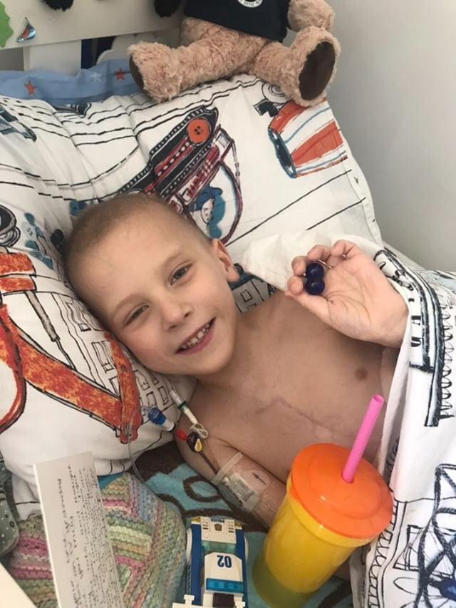 الطفل هارى شو المصاب بمرض سرطان العظام