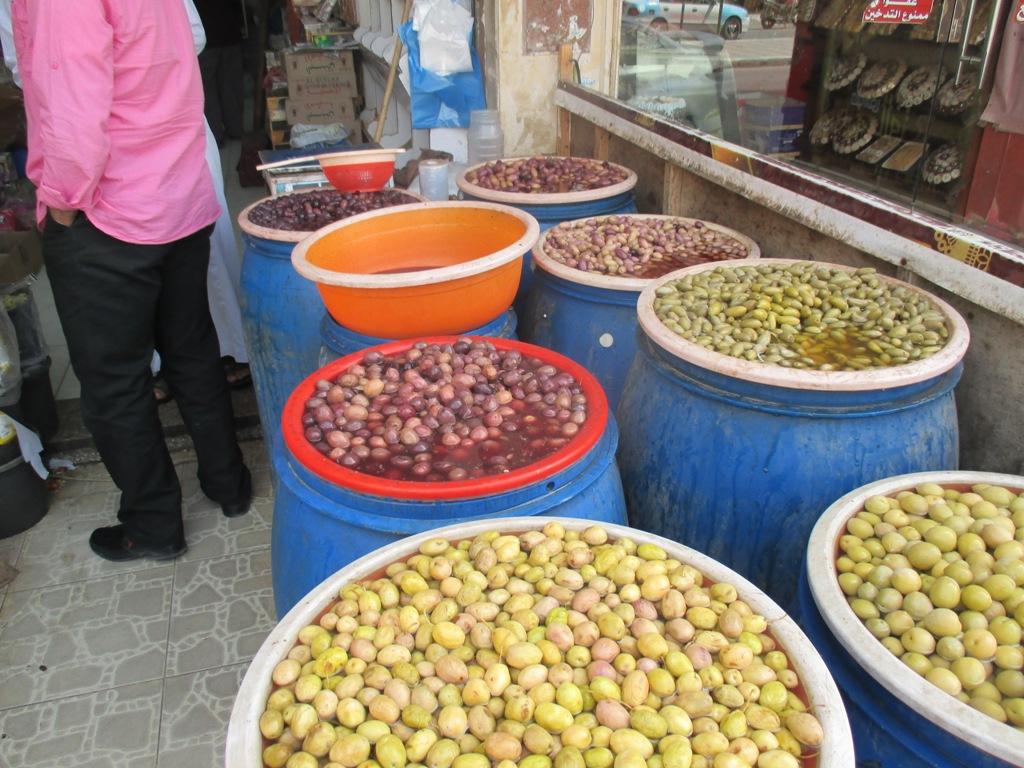 لح وزيتون مطروح يزين معظم الموائد المصرية خلال شهر رمضان (5)