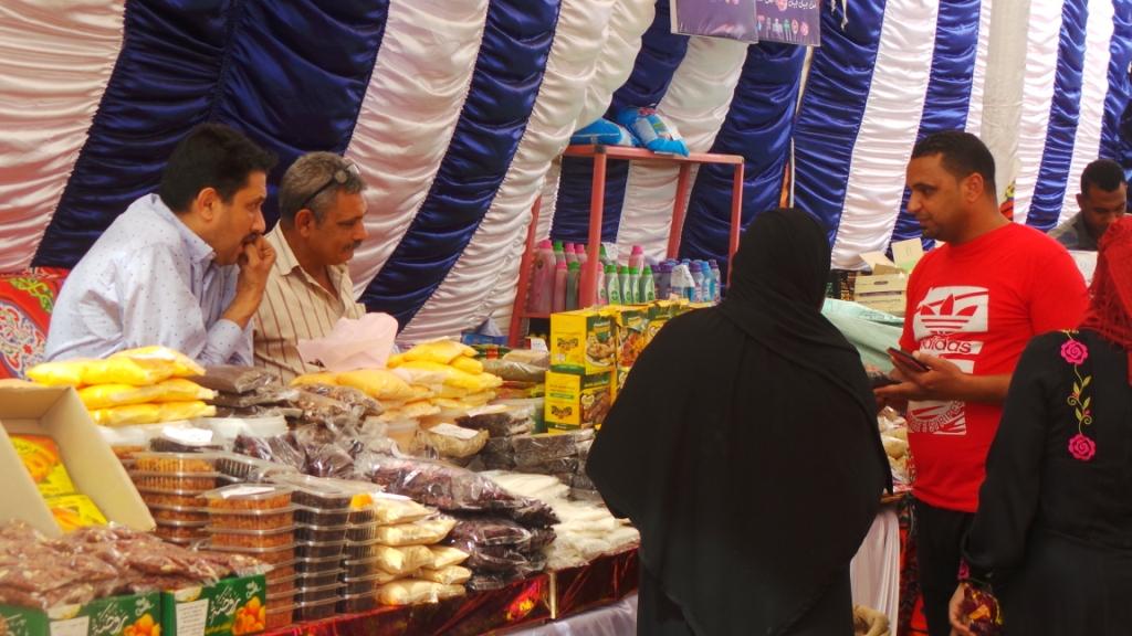 أسامة يبيع للمواطنين