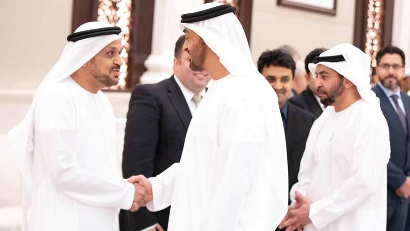 بن زايد يستقبل الاماراتيين