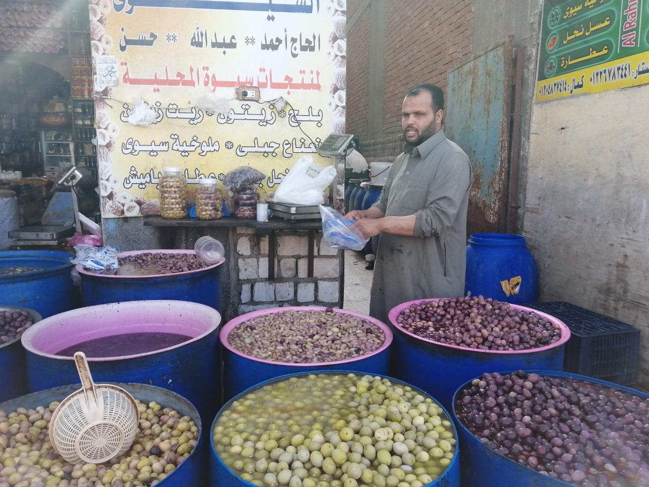 لح وزيتون مطروح يزين معظم الموائد المصرية خلال شهر رمضان (1)