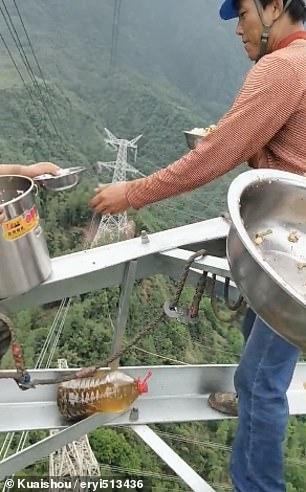 عمال كهرباء صينيون يناولون الطعام على ارتفاع 130 مترا  (1)