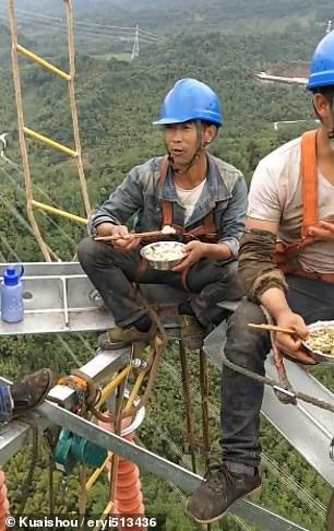 عمال كهرباء صينيون يناولون الطعام على ارتفاع 130 مترا  (4)