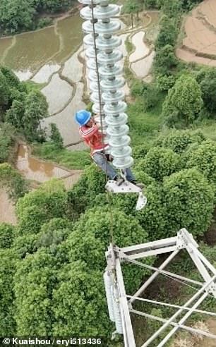 عمال كهرباء صينيون يناولون الطعام على ارتفاع 130 مترا  (5)