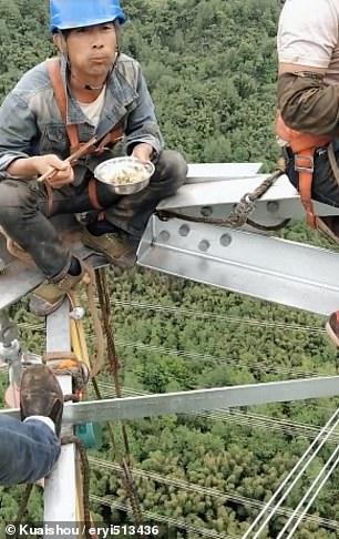 عمال كهرباء صينيون يناولون الطعام على ارتفاع 130 مترا  (2)