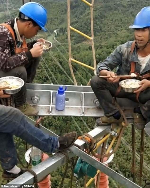 عمال كهرباء صينيون يناولون الطعام على ارتفاع 130 مترا  (3)
