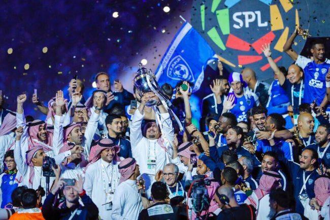 الهلال مع كأس الدوري السعودي في الموسم الماضي