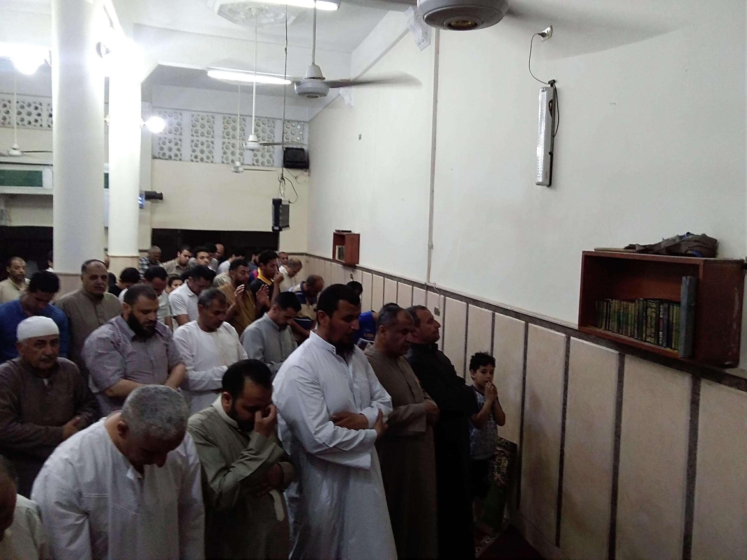 شاب يبهر المصلين بصوته أثناء أداء صلاة التراويح بكفر الشيخ  (2)
