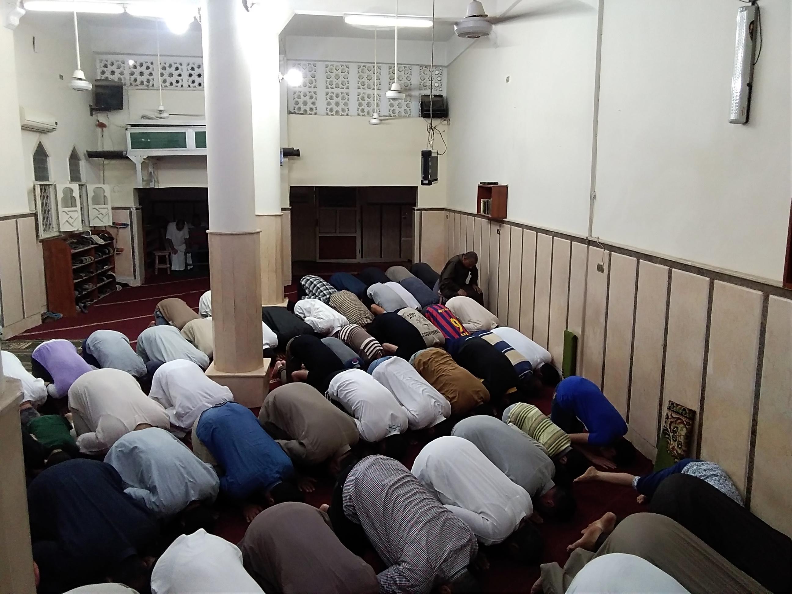 شاب يبهر المصلين بصوته أثناء أداء صلاة التراويح بكفر الشيخ  (6)