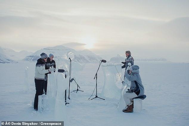 فرقة موسيقية تعزف بأدوات مصنوعة من الجليد  (2)